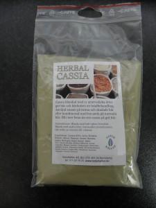Herbal Cassia En blandning av 11 ayurvediska örter. Ger hår och hårbotten en totalbehandling. Perfekt för slitna trötta hår och irriterad hårbotten.